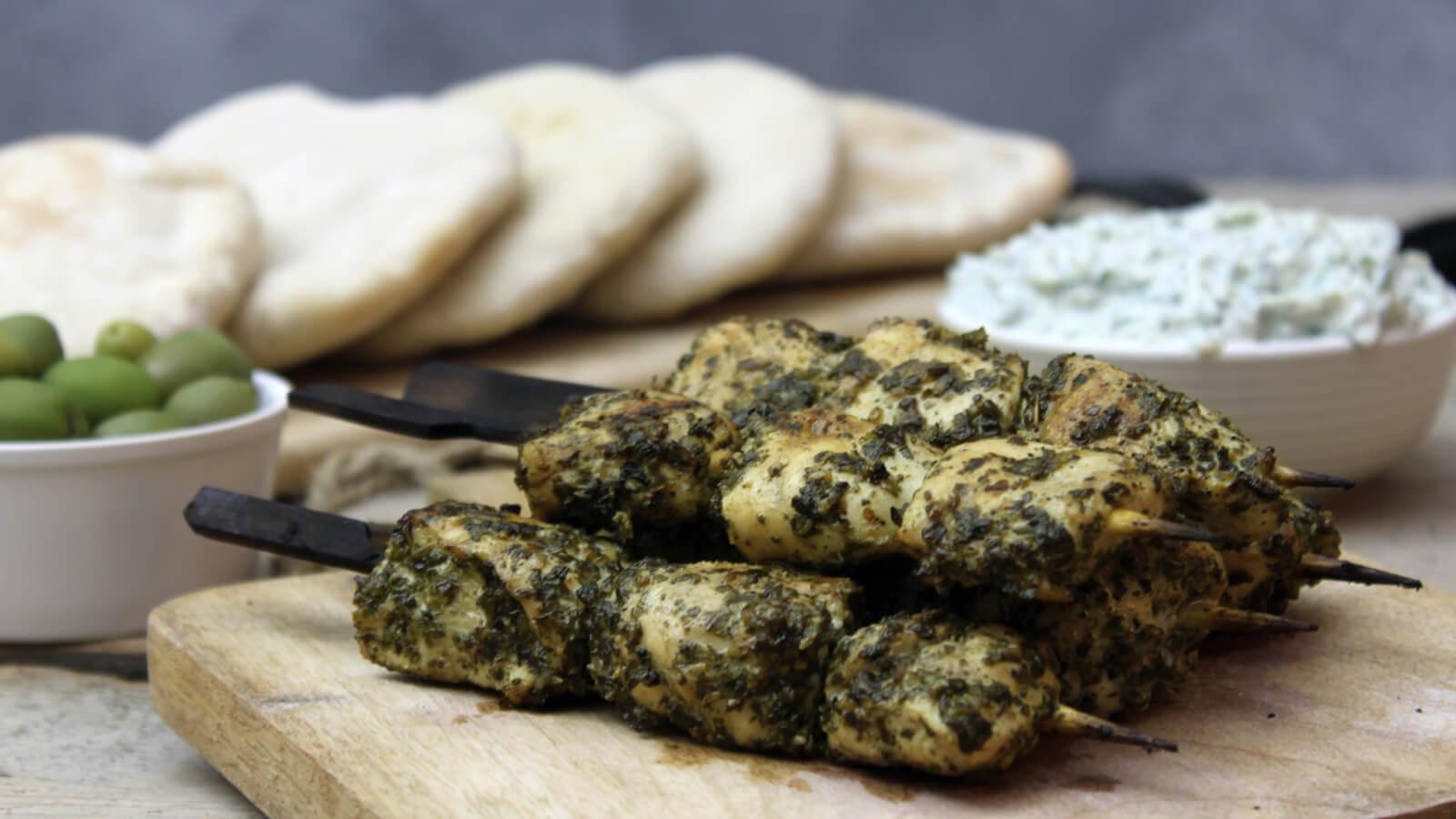 Simpel, maar oh zo lekker: deze Griekse Kip Souvlaki van de BBQ!