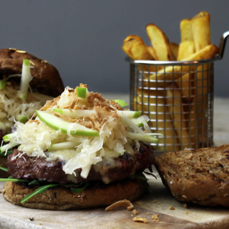 Op zoek naar een lekker hamburger recept? Probeer deze met Gruyère en zuurkool eens!