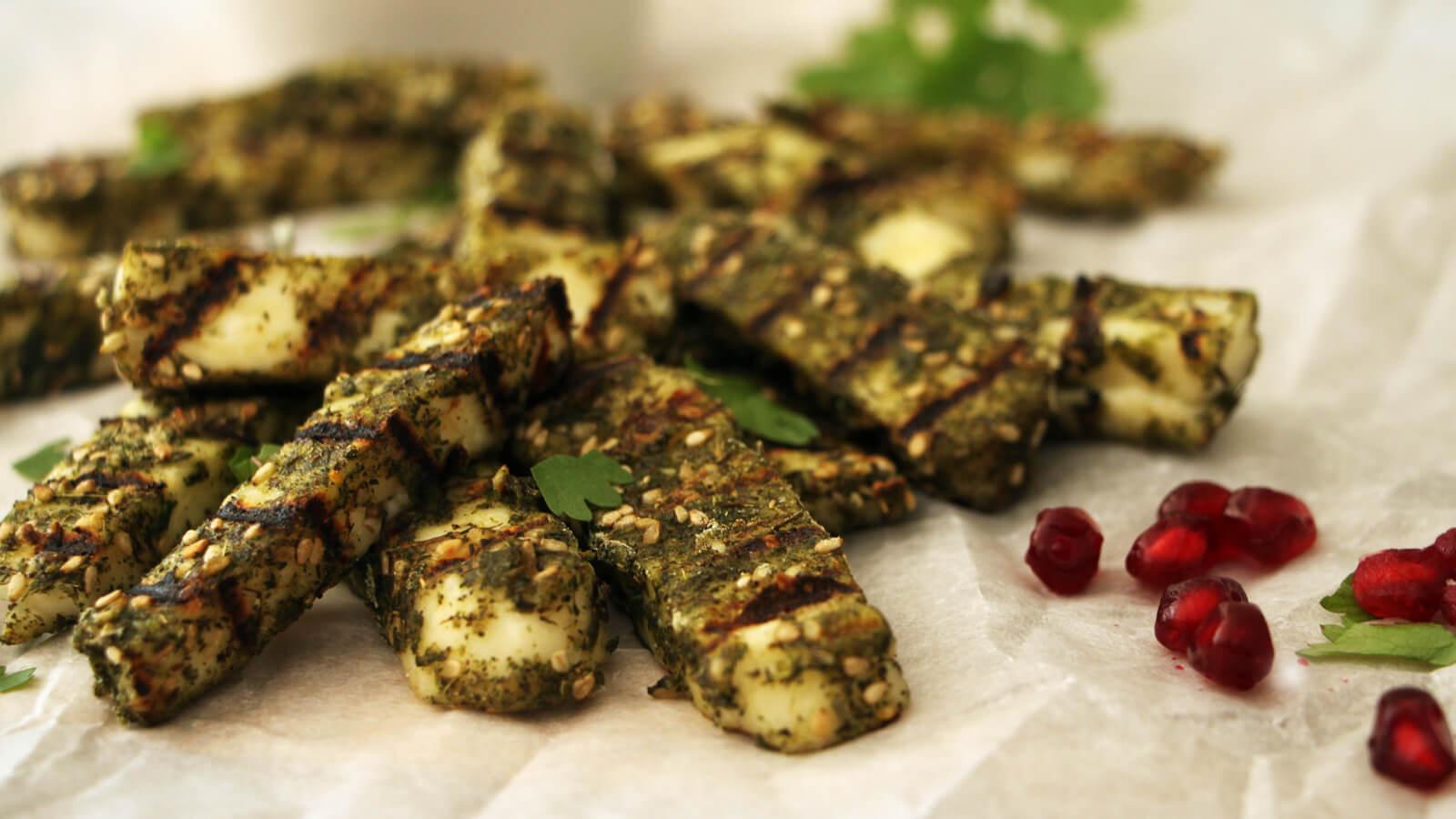 Op zoek naar een verrassend gerechtje van de BBQ? Ga voor deze gegrilde halloumi frietjes!