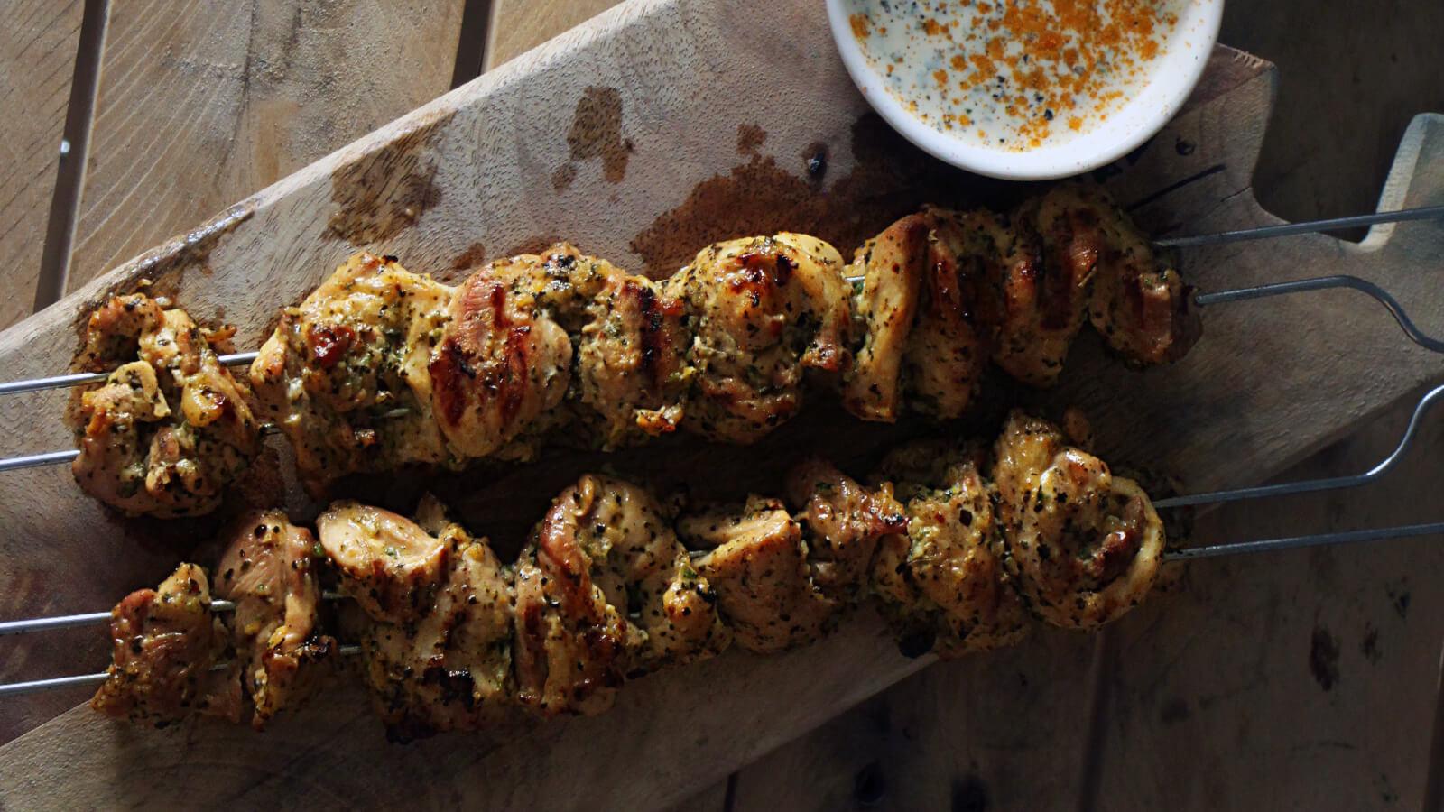 Op zoek naar een BBQ recept met pit? Deze piri piri kip spiesen zijn heerlijk!