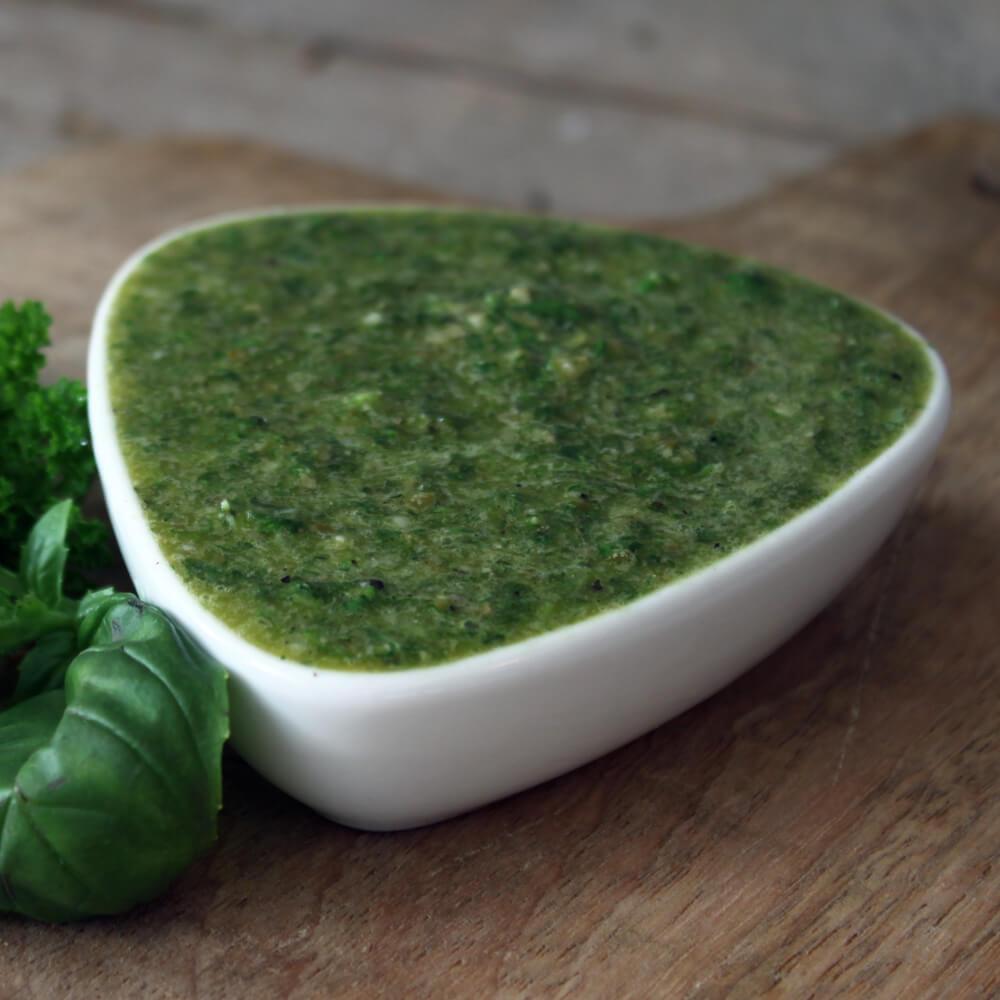 Salsa Verde is een heerlijke smaakmaker voor vlees, vis, een sandwich of zelfs als smeersel op een stokbroodje!