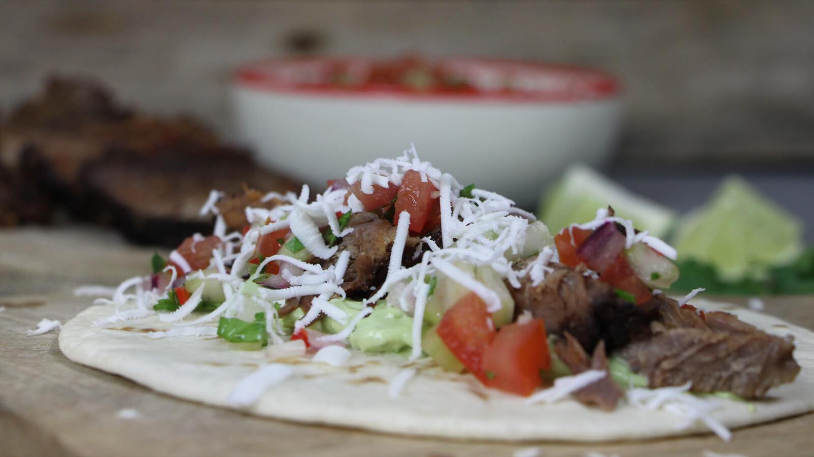 Low & Slow BBQ'en en toch een typische fast food snack maken? Ga voor deze short rib taco's!