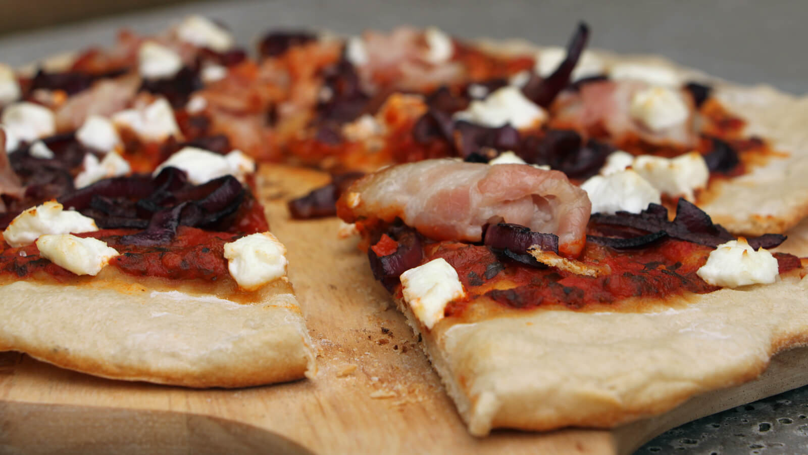 Zin in pizza van de BBQ? Ga voor deze BBQ pizza met geitenkaas en bacon!