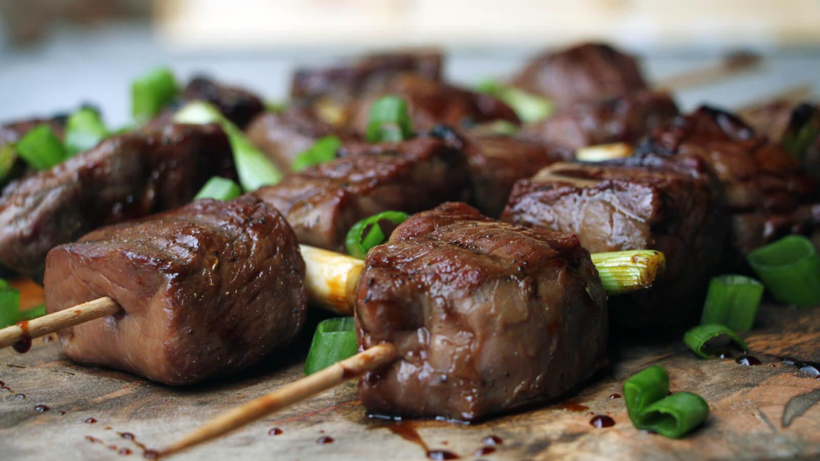 Op zoek naar een lekker BBQ recept met biefstuk? Stop met zoeken! Deze Beef Teriyaki Spiesen wil je eten!