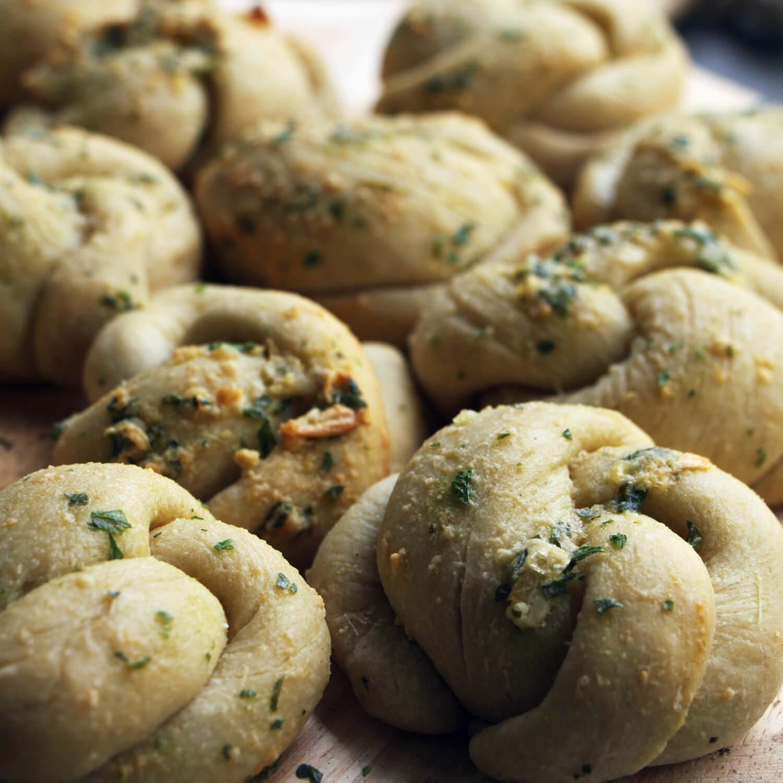 Brood bakken op de BBQ? Probeer deze knoflook knopen eens!