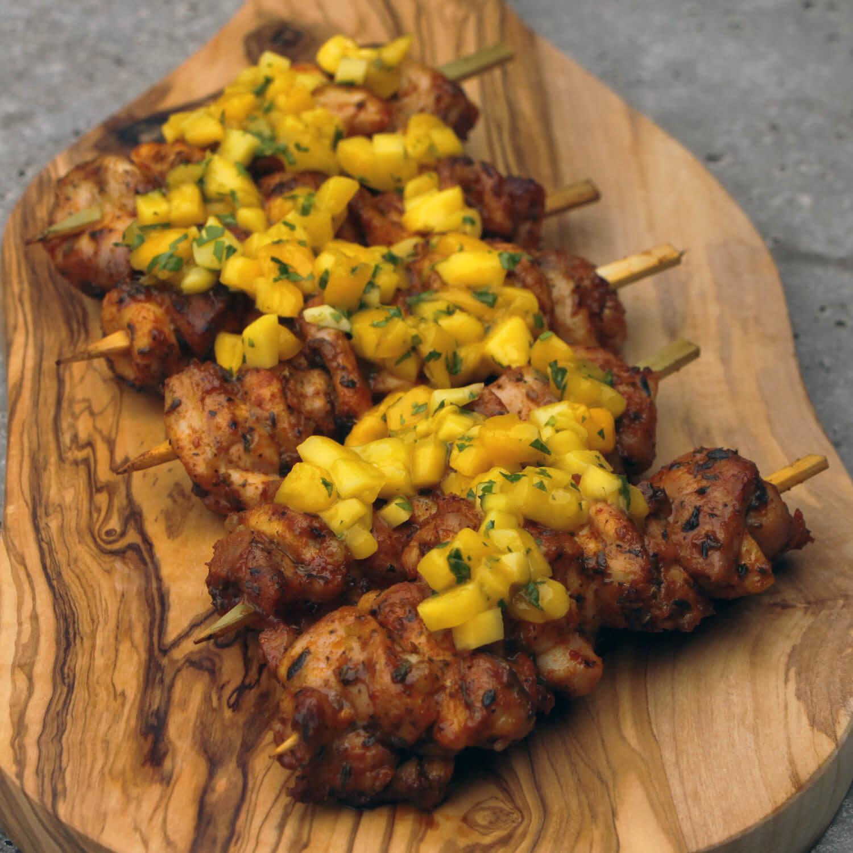 Cajun style spiesen met kip, geserveerd met mango salsa