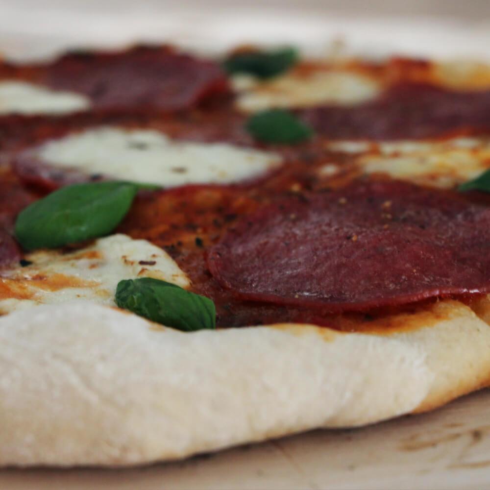 Deze pizza met salami, mozzarella en honing is een absolute aanrader!