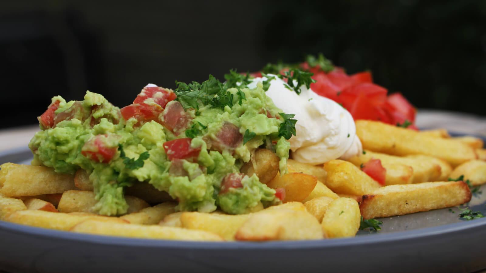 Loaded fries van de BBQ? Ja, dat wil je! Ga bijvoorbeeld voor dit Patatje Mexicaans!