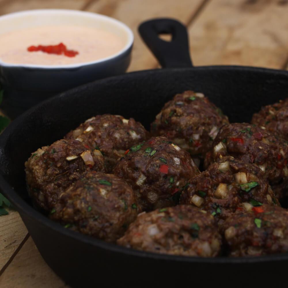 Deze pittige gehaktballetjes met paprika mayonaise zijn heerlijk als voorgerecht, borrelsnack of tapas van de BBQ!