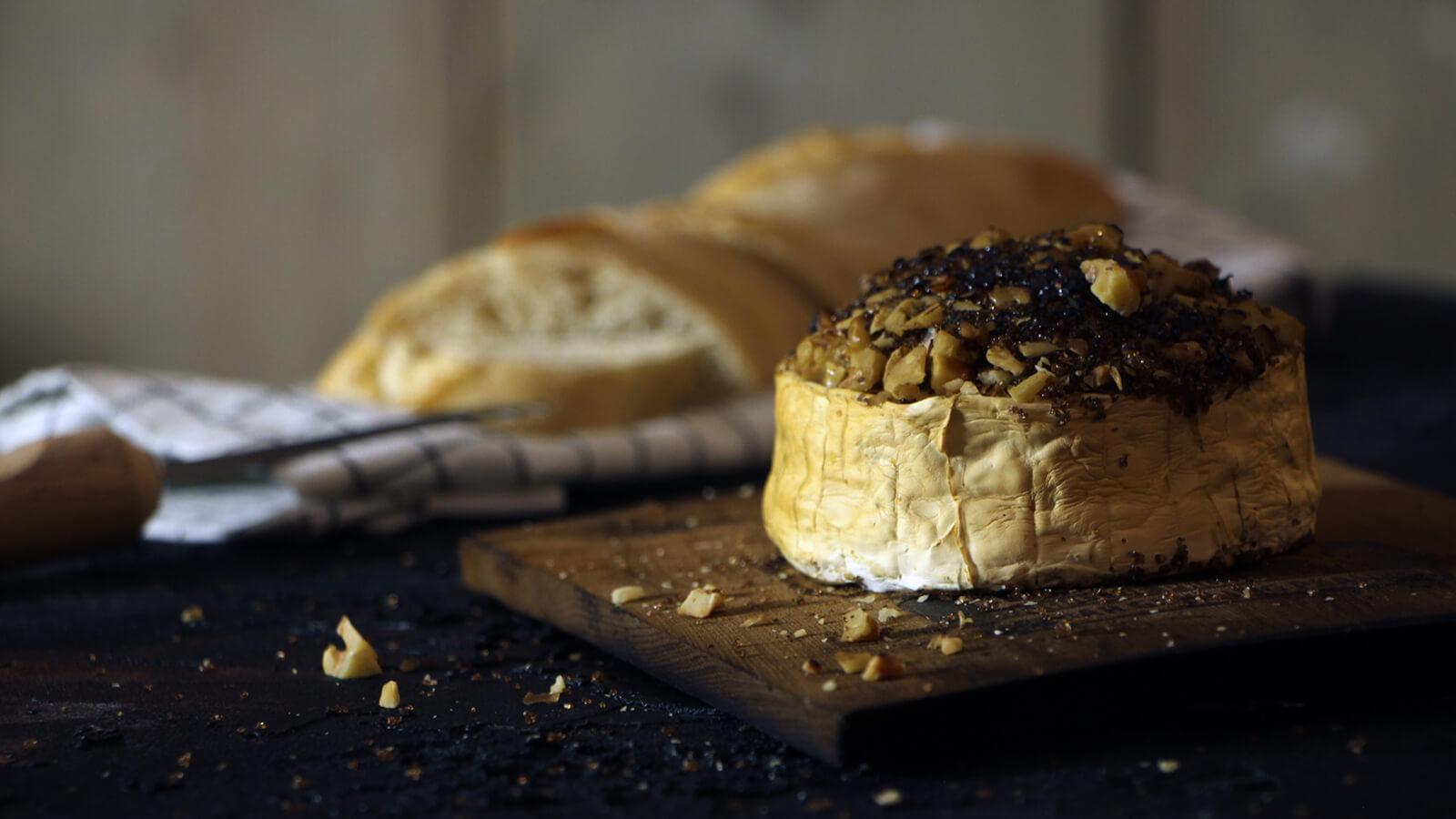 Brood serveren tijdens de BBQ? Doe het dan met deze gerookte brie!