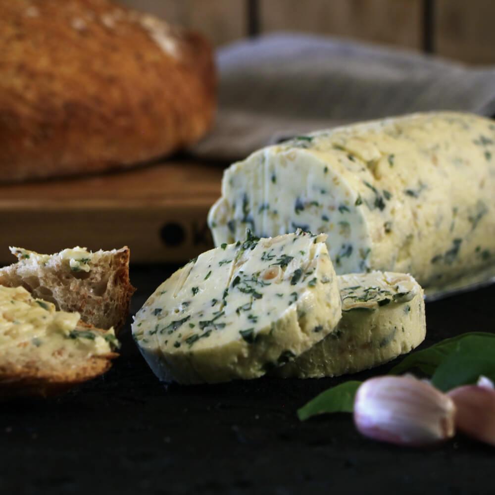 Broodje vooraf? Serveer het met deze zelfgemaakte pesto boter!