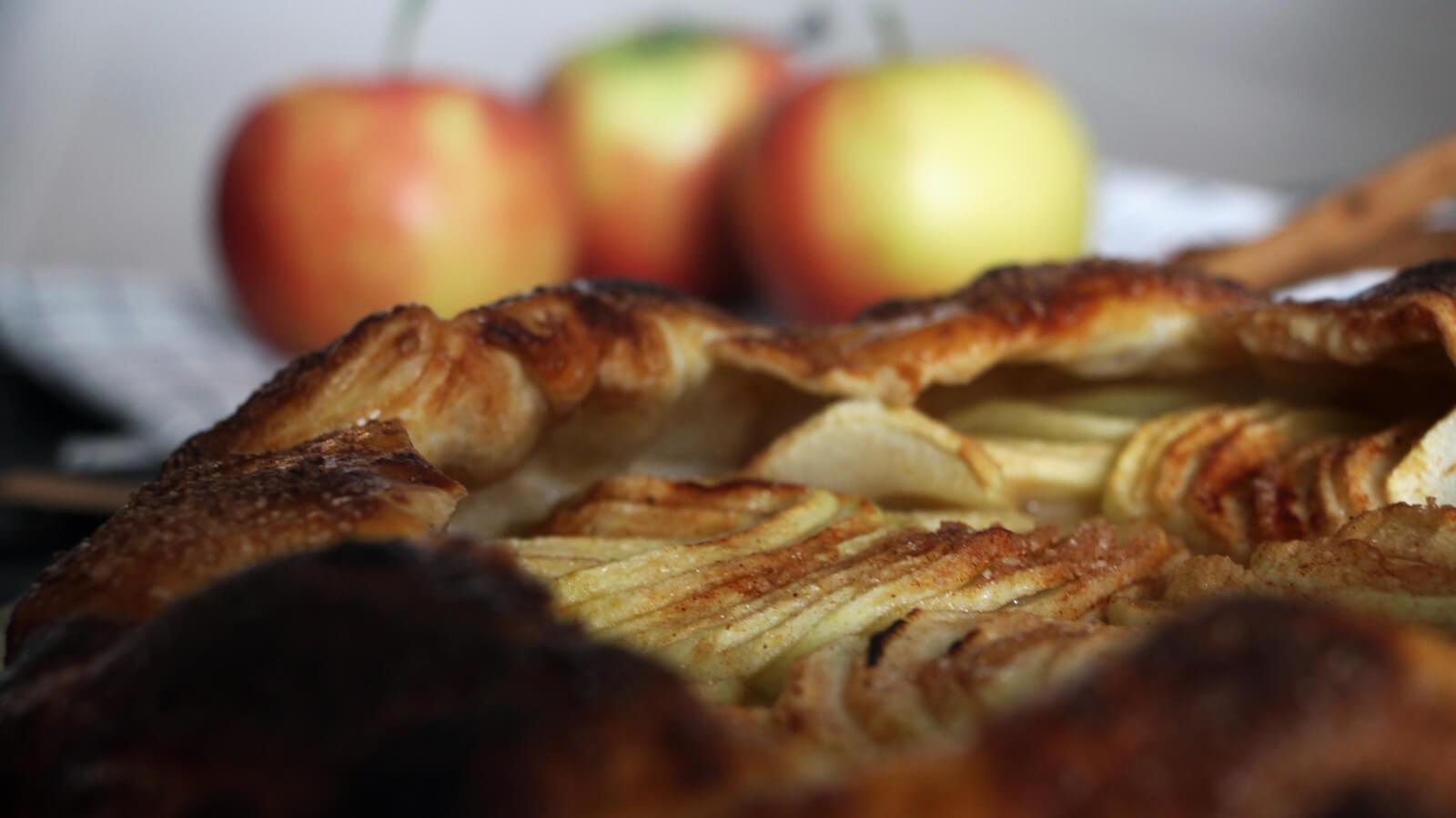 Indruk maken met een dessert van de BBQ? Deze appel galette ziet er schitterend, smaakt nog lekkerder en is stiekem heel makkelijk te bereiden!