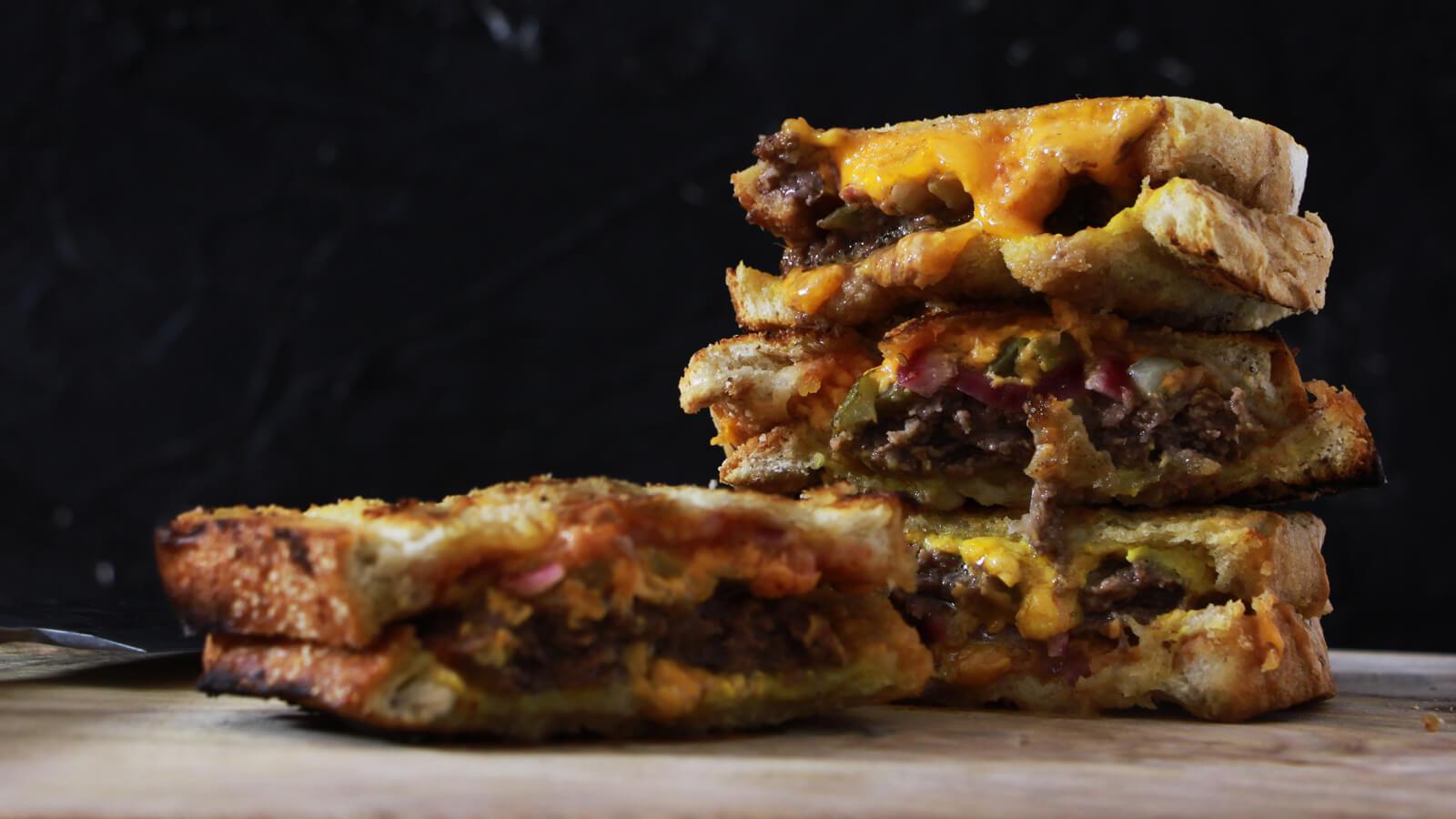 Tosti's van de BBQ? Deze cheeseburger braaibroodjies zijn te gek!