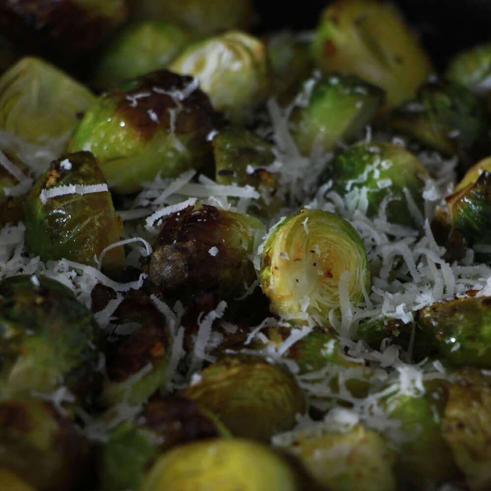 Op zoek naar een bijgerecht van de BBQ en houd je van spruitjes? Probeer dan deze geroosterde spruiten met knoflook en Parmezaan eens!