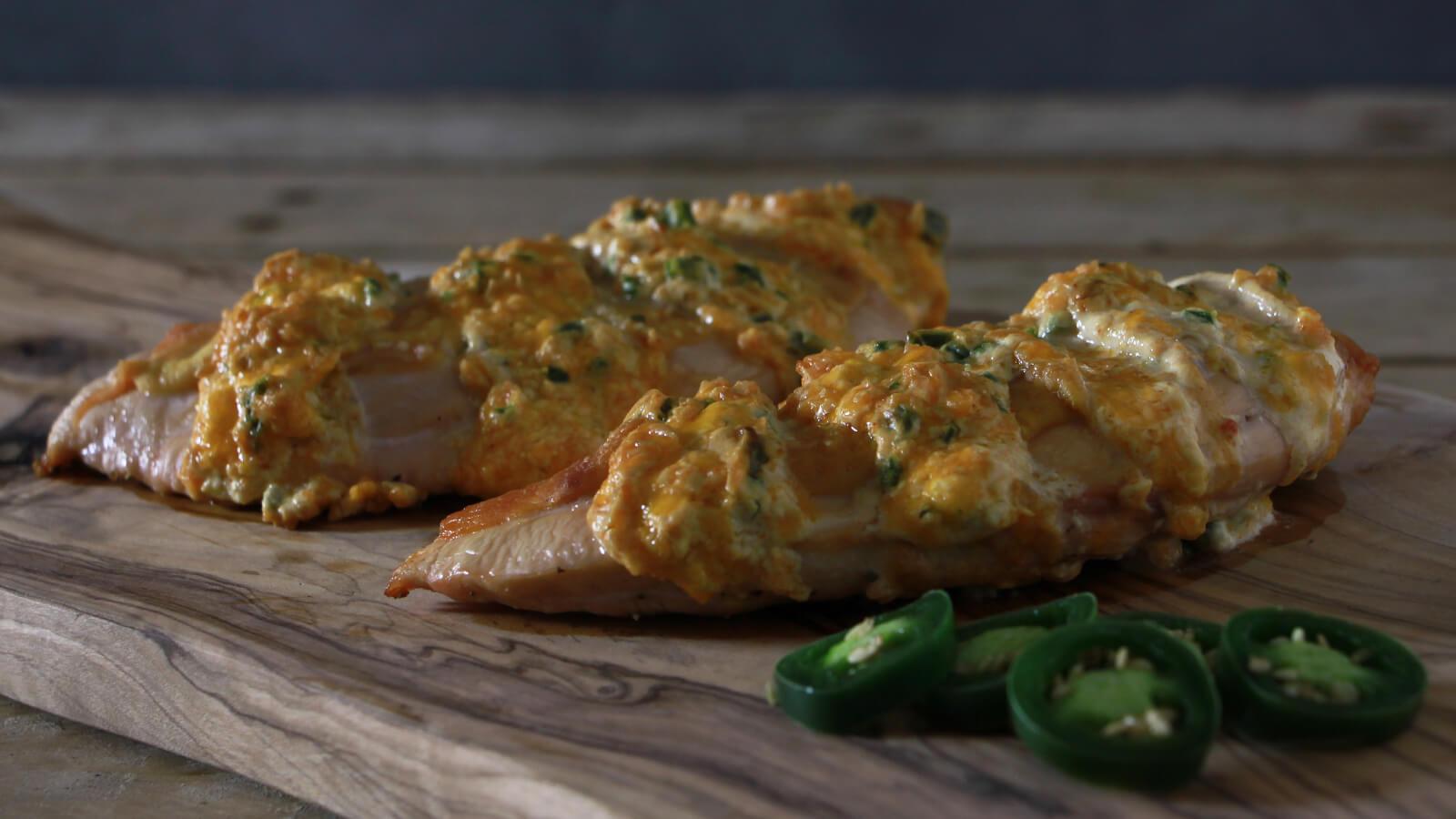 Eens wat anders doen met kip op de BBQ? Ga voor deze jalapeño popper chicken!