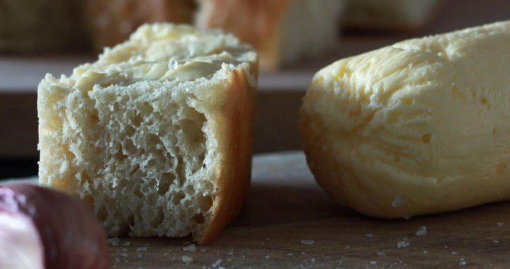 Een broodje bij de BBQ? Dat kan niet zonder zelfgemaakte knoflookboter!