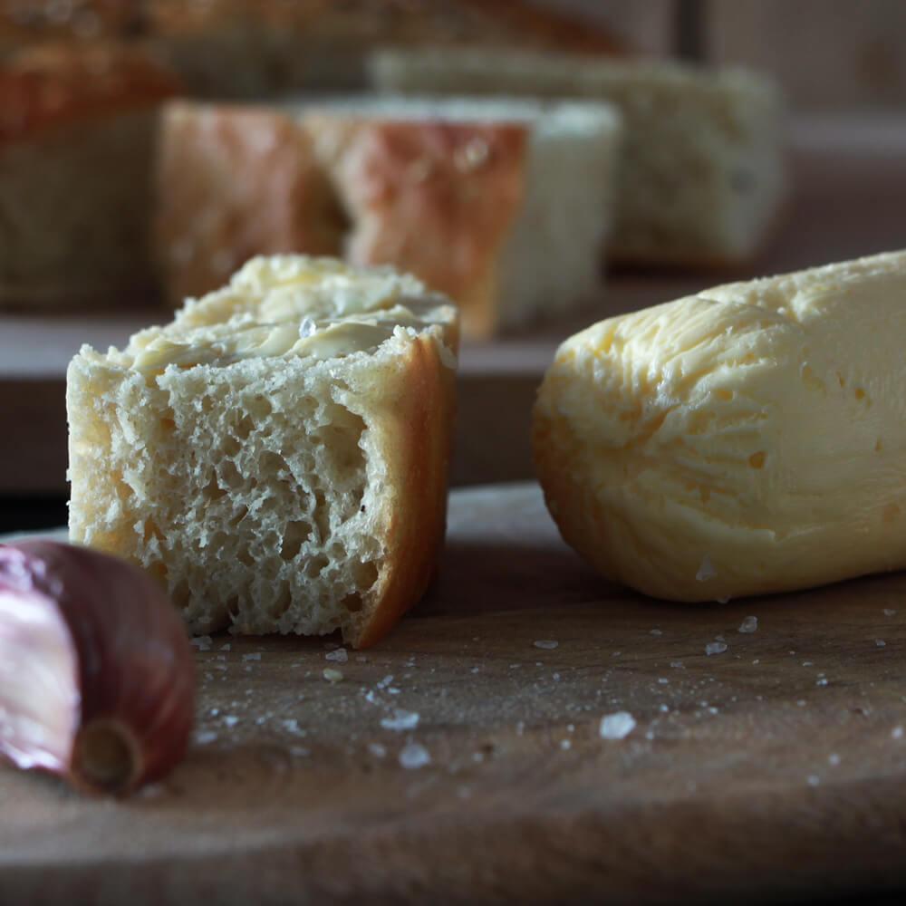 Een broodje serveren bij de BBQ? Dan mag dit knoflook boter recept eigenlijk niet ontbreken!