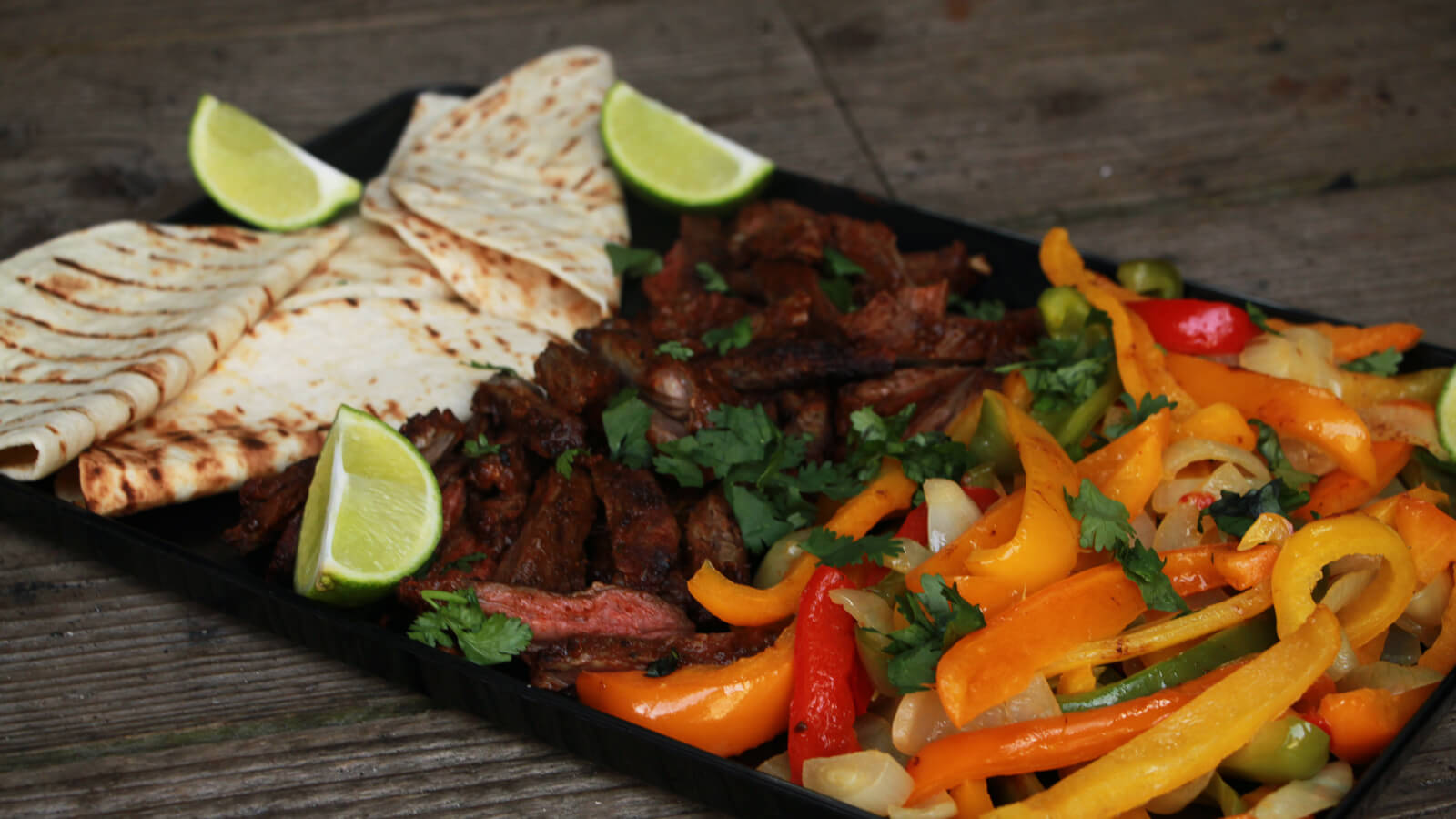 Met deze Skirt Steak Fajita's serveer je een heerlijke Mexicaanse BBQ maaltijd!