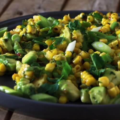 Op zoek naar een heerlijke salade voor bij de BBQ? Ga voor deze salade met gegrilde mais en avocado!