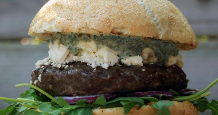 Op zoek naar een bijzonder hamburger recept? Ga voor deze Griekse schapenburgers.