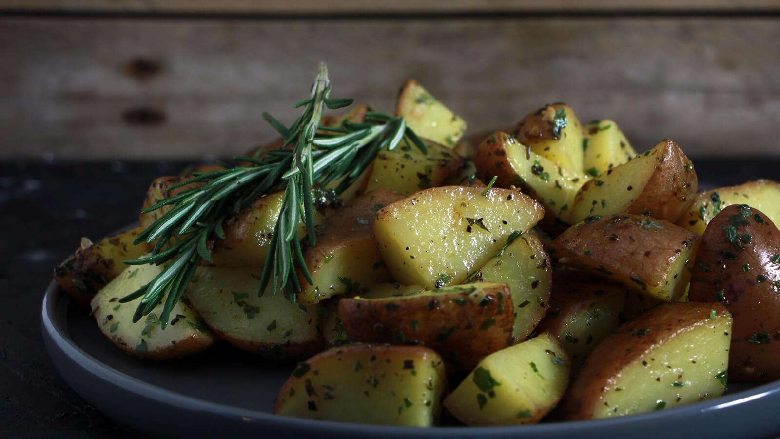Op zoek naar een mooi aardappelgerecht van de BBQ? Probeer deze aardappeltjes met rozemarijn en citroen eens!
