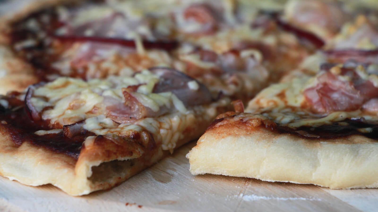 Pizza van de BBQ? Maak deze BBQ Bacon Pizza's!