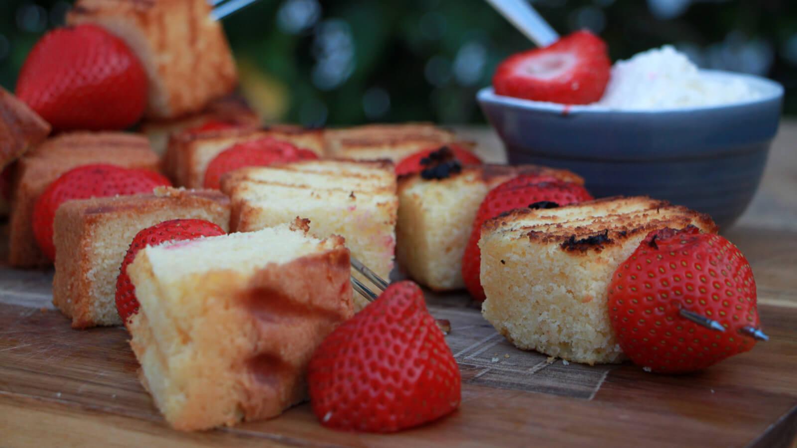 Toetje van de BBQ? Probeer deze cakespiesen met aardbei!