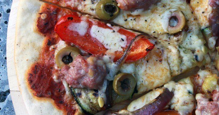 Pizza met Saucijs en Gegrilde Groenten