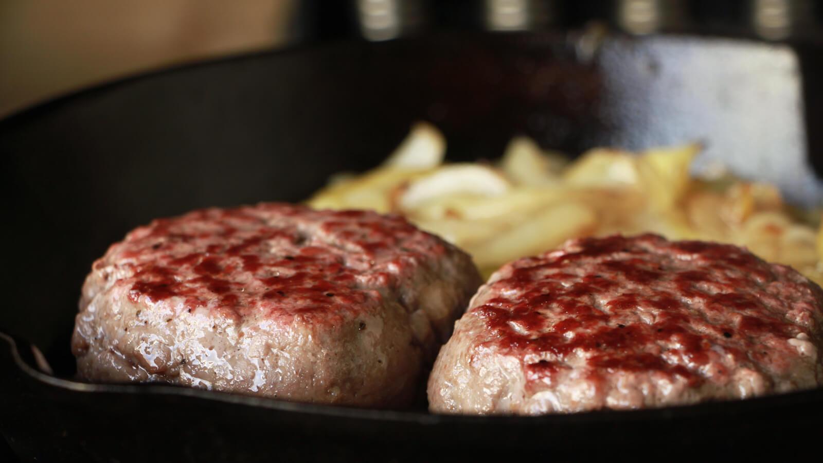 Heerlijke Duitse Biefstuk van de BBQ, gebakken in de skillet